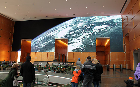 Pantalla led gigante de la entrada al Rascacielos Comcast Center de Philadelphia