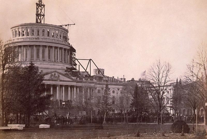 Foto de las obras de ampliación del capitolio en la inauguración del monumento a Lincoln en 1861