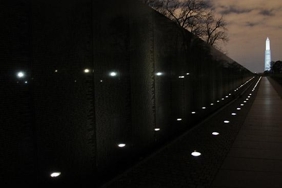 Foto nocturna del Monumento veteranos Guerra de Vietnan en Washington DC (Vietnam Veterans Memorial)